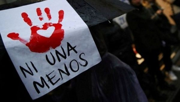 Una mujer lleva una señal durante una manifestación para exigir políticas para prevenir la violencia de género.