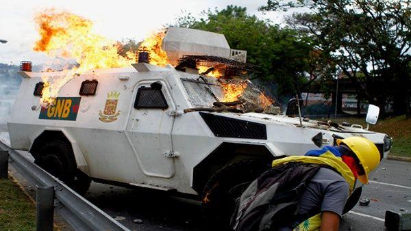 Grupos vandálicos arremetieron con las fuerzas del orden con bombas molotov.