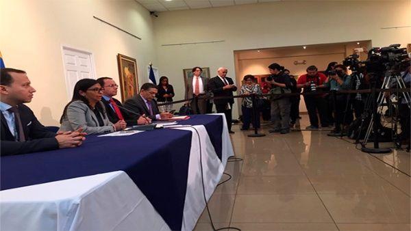 Delcy Rodríguez mostró a los representantes de la Celaclas imágenes de la violencia terrorista contra el orden democrático en Venezuela.