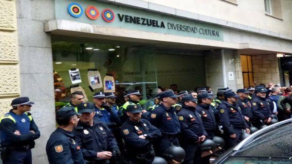 """Según IU, los opositores cortaron la calle y el tráfico """"de forma violenta"""" ante """"la pasividad de los policías""""."""