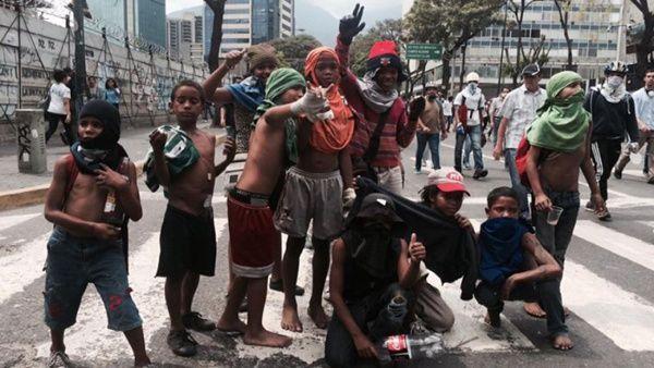 """""""Los niños de la resistencia"""" los llaman los medios de derecha. Son menores de bajos recursos que manipulan para usarlos en las protestas."""
