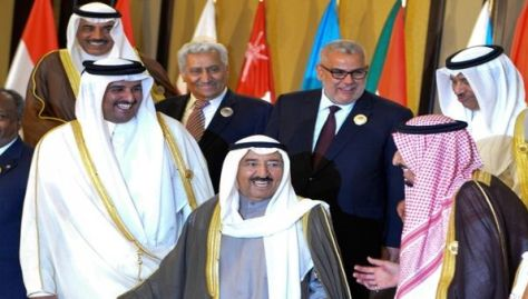 Emir de Catar, Tamim bin Hamad Al-Thani (c), junto al emir de Kuwait Sabah IV Al-Ahmad Al-Jaber Al-Sabah (i) y al entonces príncipe saudí Salmán bin Abdulaziz (d). Imagen referencial, marzo de 2014.