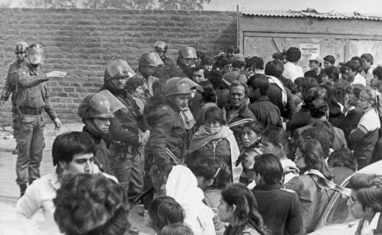 Los familiares de los presos políticos aguardaron en las afueras del penal de Lurigancho para saber sobre su estado.