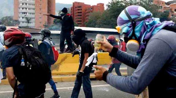 Velasco denunció que el grupode choque intentórobarle su teléfono celular y quemar la moto en la que se desplazaba.