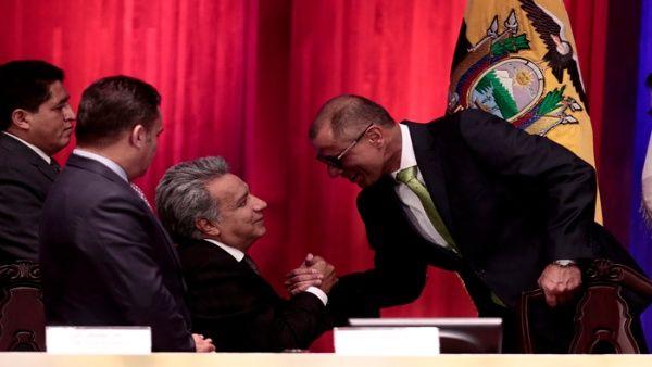El presidente ecuatoriano Lenin Moreno (c) estrecha la mano de su vicepresidente Jorge Glas (d), en una fotografía de archivo del 16 de mayo.