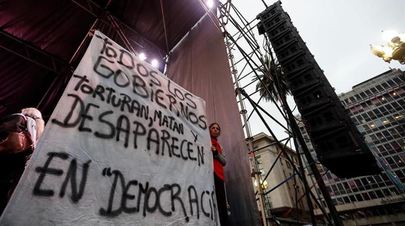 """Los carteles de los manifestantes expresaban el sentir de la población ante la repetición de esta práctica de """"desaparición forzosa"""" en tiempos de democracia."""