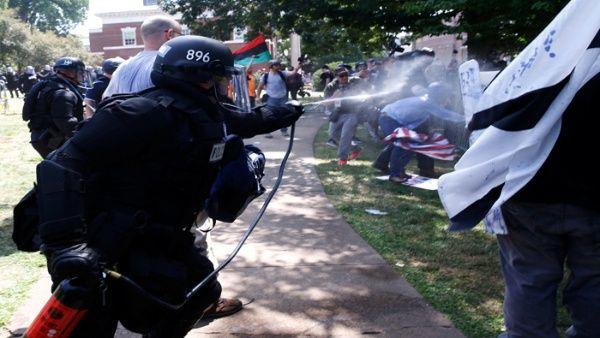En Charlottesville no faltaron los enfrentamientos con las autoridades.