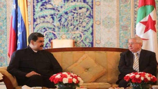 El mandatario venezolano (i) visitó Argelia, como escala antes de su llegada a Rusia.