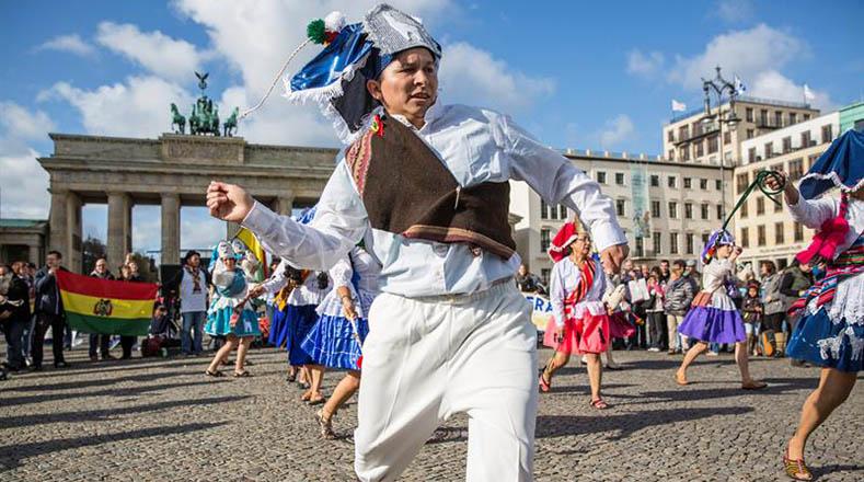 La vestimenta conjuga antiguas piezas usadas por los aymaras desde tiempos precolombinos y coloniales hasta el siglo XIX, así como partes del vestuario aymara actual.