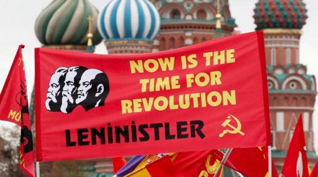En las afueras del mausoleo cientos de rusos se concentraron con pancartas para visualizar la ceremonia de la colocación de la corona para Vladimir Lenin.