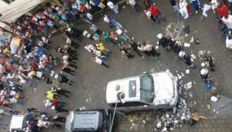 Simpatizantes del si agreden camioneta de Rafael Correa