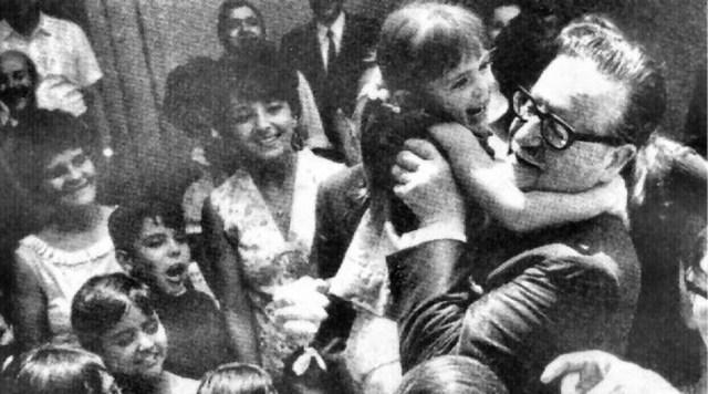 Las medidas en salud, educación, vivienda, servicios y recursos naturales, afectaban los intereses de la oligarquía y de los sectores de la derecha del país, quienes -apoyados por Estados Unidos- iniciaron  una campaña de desestabilización económica contra el Gobierno, mas el pueblo siguió apoyando a Salvador Allende. En 1973, la Unidad Popular obtuvo la mayoría de los votos en el Congreso.
