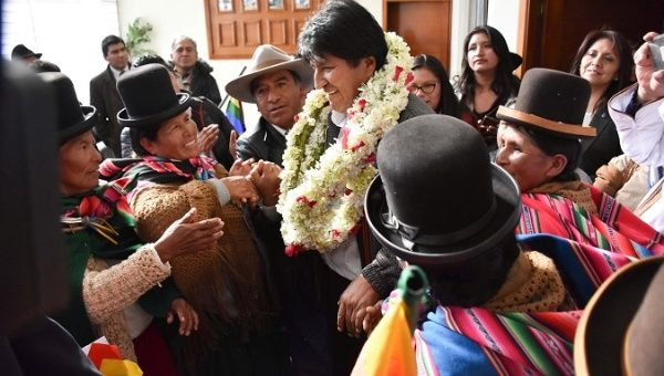 https://www.telesurtv.net/__export/1538868332352/sites/telesur/img/news/2018/10/06/evo_morales_arriving_to_el_alto.jpg_1718483346.jpg