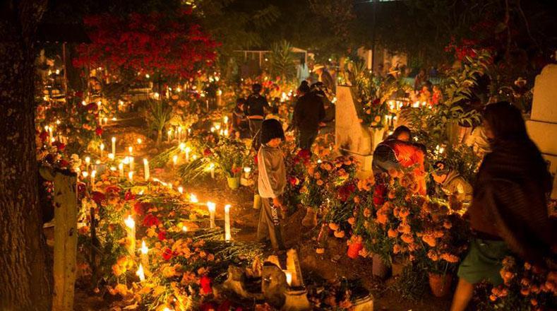 Además, miles de mexicanos acudieron a los cementerios con ramos de la flor de cempasúchi, usada para honrar a los antepasados.