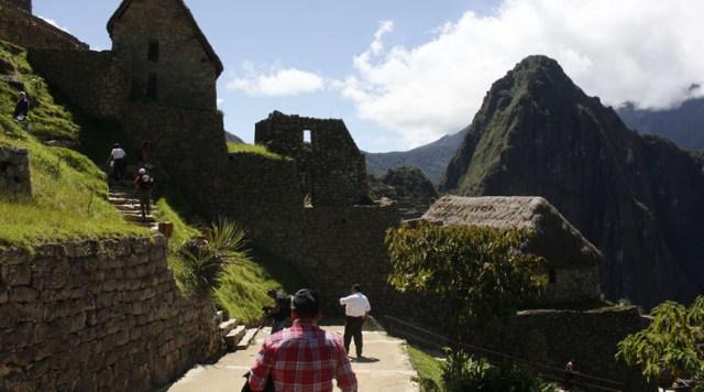 """Su nombre, Machu Picchu, es un término quechua cuyo significado es """"Montaña Vieja"""" y forma parte de la región oriental de la Cordillera Central de los Andes peruanos, junto a Putucusi """"Montaña Feliz"""" y Huayna Picchu """"Montaña Joven""""."""