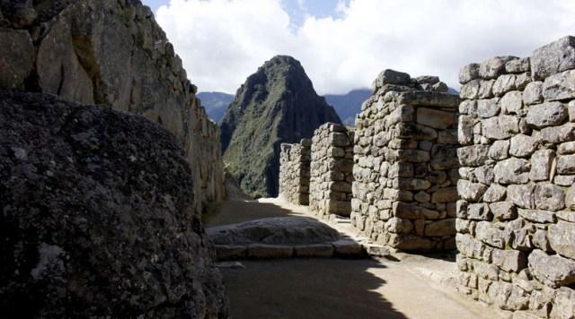 Machu Picchu está ubicada a una altitud de 2.400 metros sobre el nivel del mar, con un área de 325.92 kilómetros. Además, tiene unas 140 estructuras que conforman la ciudadela.