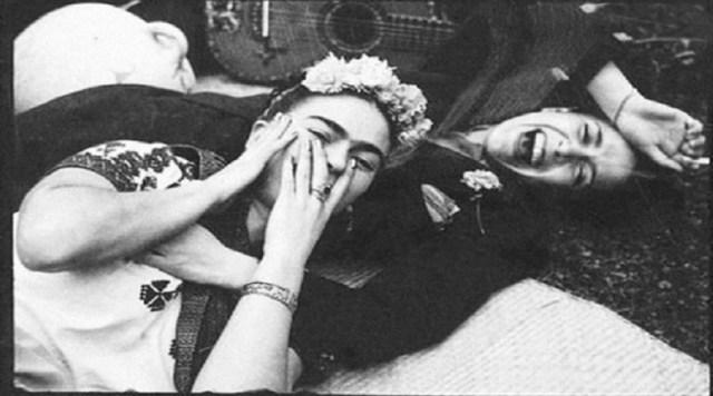 El legado que dejó la pintora se entiende más allá de su obra ya que fue trasgresora de todos los moldes sexuales, de género, corporales y culturales. En la imagen, aparece junto a otra referente cultural como lo fue Chavela Vargas.
