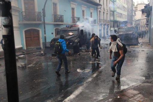 Algunos manifestantes en Quito avanzan en su recorrido y se dirigen a Carondelet, Palacio de Gobierno.