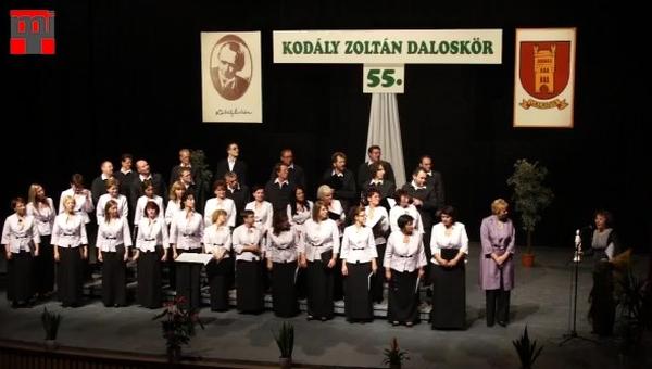 Józsa Mónika karnagy Mikola Anikó-díjas, a díjat Haraszti Mária, az ANIMA Társaság elnöke adta át Galántán