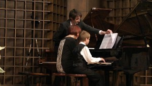 Nagy Szilárd zongorázik