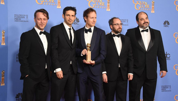 Nemes Jeles László a díjjal, jobbján a film főszereplője, Röhrig Géza / Europress/AFP