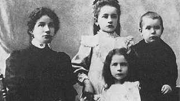 József Attila családjával - 1908