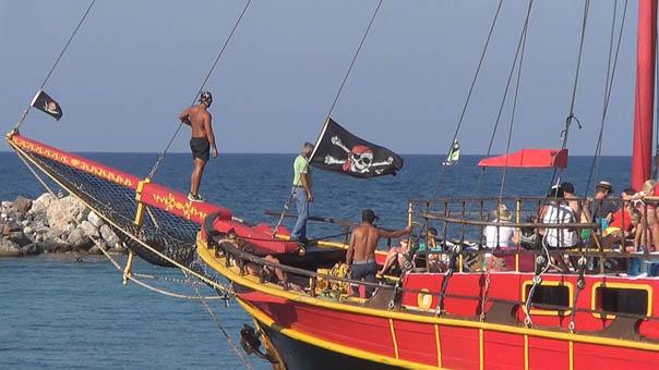 Kikötőben a Black Rose kalózhajó