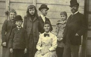 Antonín Dvořák (vpravo) s rodinou v New Yorku v roce 1893, Jan Josef Kovařík stojí uprostřed. Foto: Národní muzeum