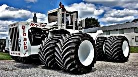Gumicsere a világ legnagyobb mezőgazdasági traktorán
