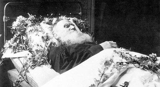 Tolsztoj a ravatalon (kép forrása: crisismagazine.com)