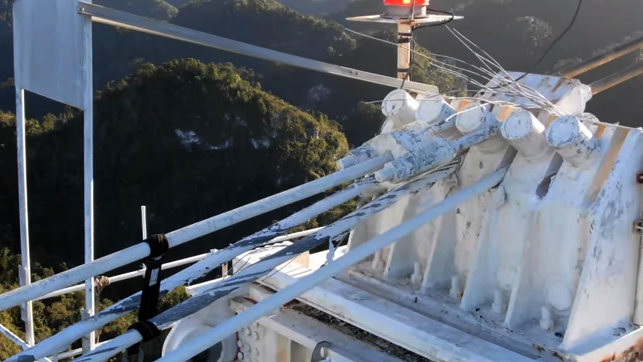 Drónfelvételen látható az Arecibo rádióteleszkóp összeomlásának pillanata