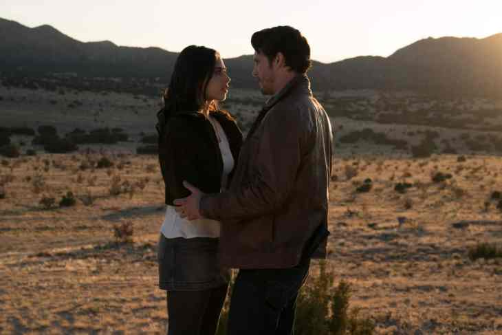Roswell, New Mexico Season 1 Episode 1 - Jeanine Mason as Liz Ortecho and Nathan Dean Parsons as Max Evans