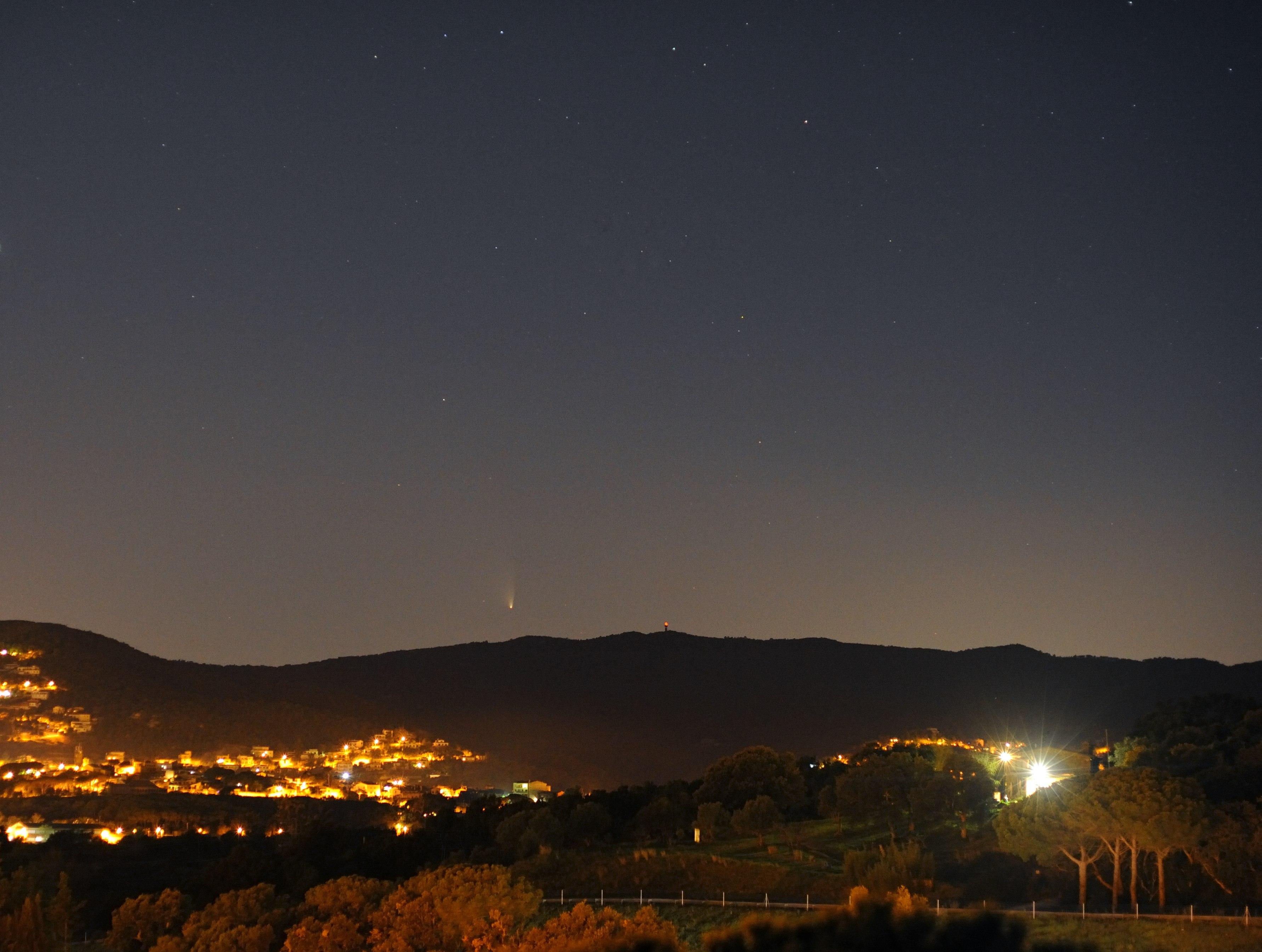 Cometa C/2011 L4 des de Sant Antoni de Calonge, amb el radar meteorològic del Puig d'Arques. Josep Maria Petit Prats