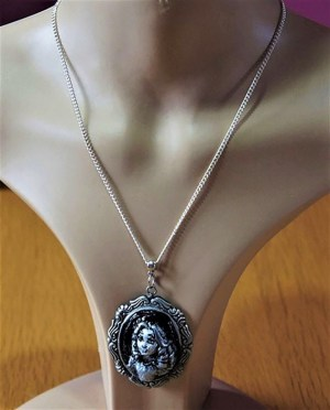 Alice face 3D cameo necklace