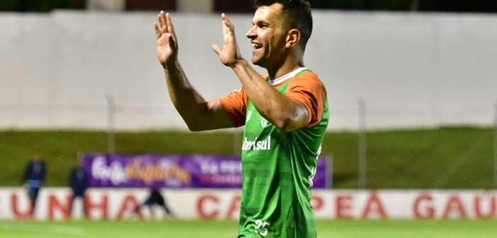 Eltinho volta a marcar belo gol de falta e enaltece desempenho do Juventude em jogos-treino antes da estreia no Gauchão
