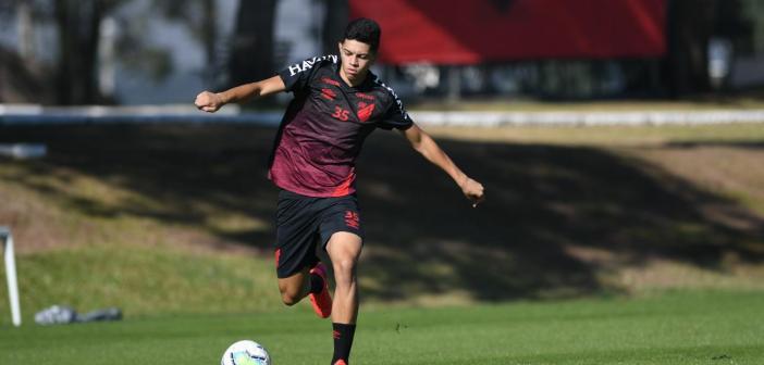 """Em sua primeira temporada entre os profissionais do Athletico, volante Kawan valoriza retomada dos treinos com o Furacão: """"Muito produtiva"""""""