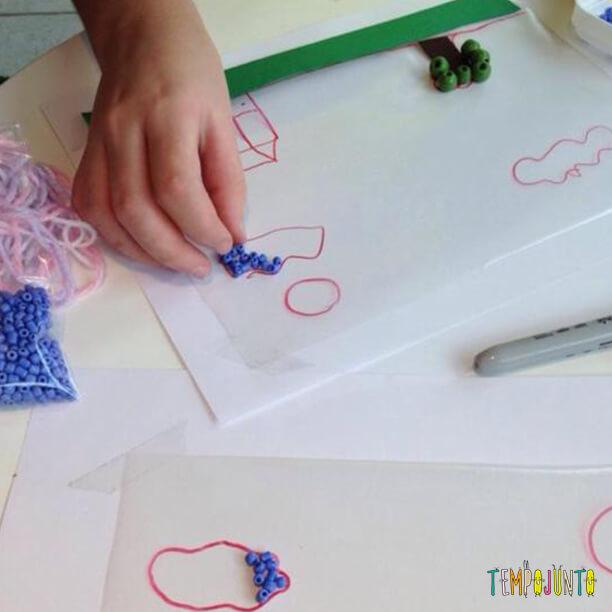 Completando o desenho da arte com papel contact