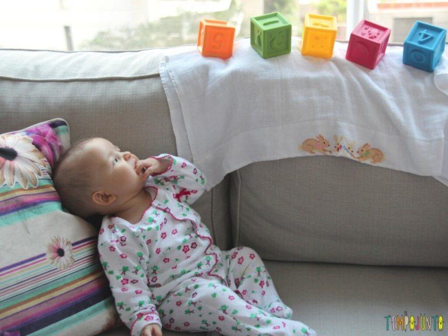 Estímulo para o bebê pegar seus cubos - gabi olhando os cubos