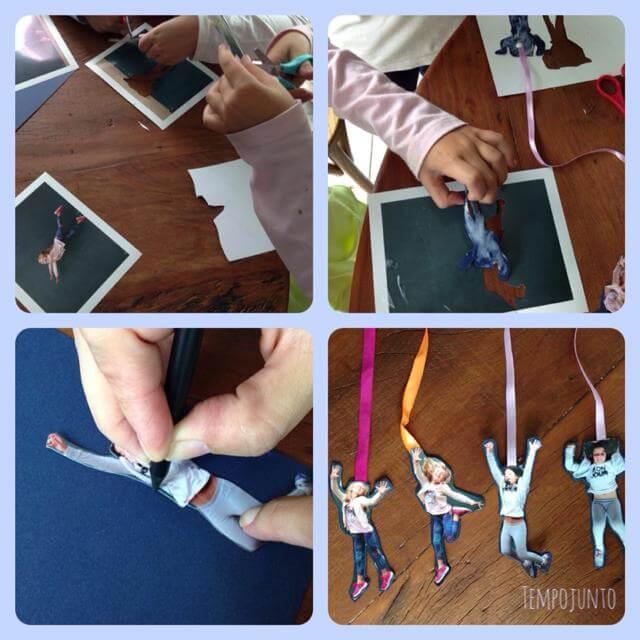 1. Recorte as fotos. 2. Faça, com lápis grafite, o contorno no papel cartão de sua escolha e depois recote. 3- Passe cola no papel cartão e coloque a fita antes de colar a foto no papel cartão.