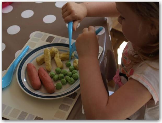 Ideias criativas usando massinha caseira para fazer com criança - brincando de fazer o jantar