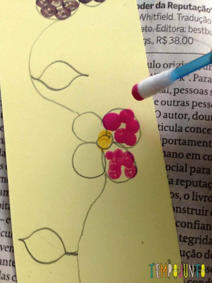 Pintando as flores com cotonete