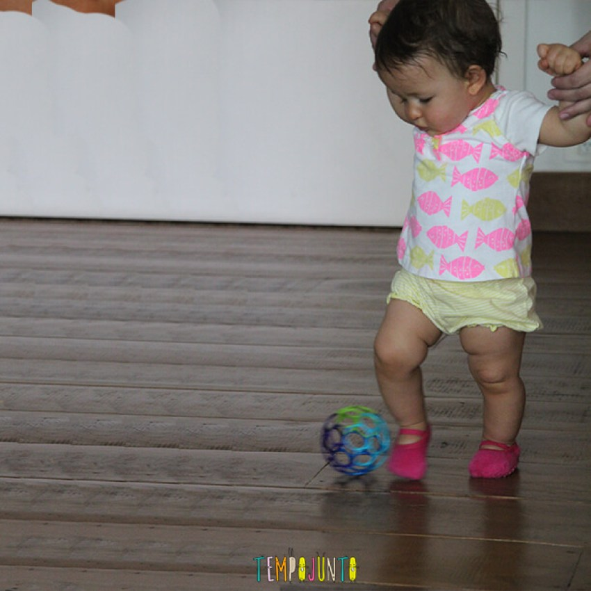 Dicas para incentivar o bebê a andar - gabi chutando a bola