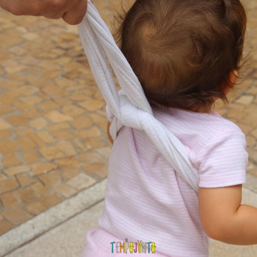 Dicas para incentivar o bebê a andar - nó no pano para a gabi andar