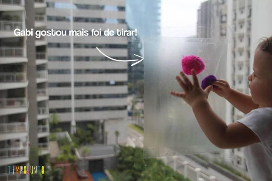 Atividade com Papel Contact -gabi tirando o pompom
