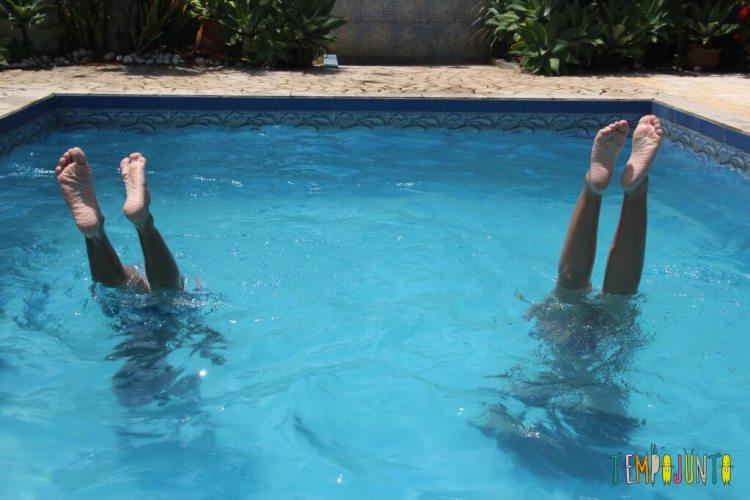 brincadeiras na piscina - plantando bananeira