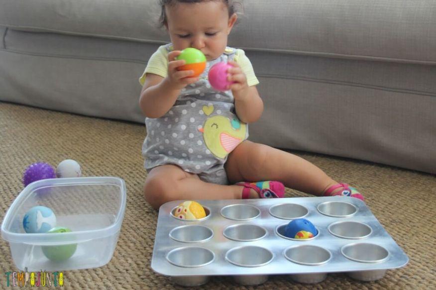 brincadeira para bebê - gabi com duas bolinhas