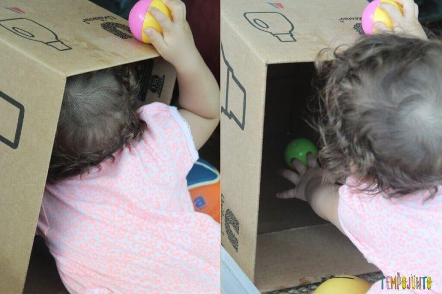 Brincadeira para bebês com bolas e caixas - gabi tirando as bolinhas