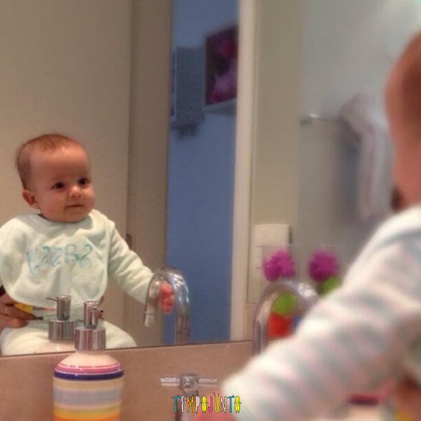 brincadeiras para bebês de 0 a 6 meses - gabi no espelho