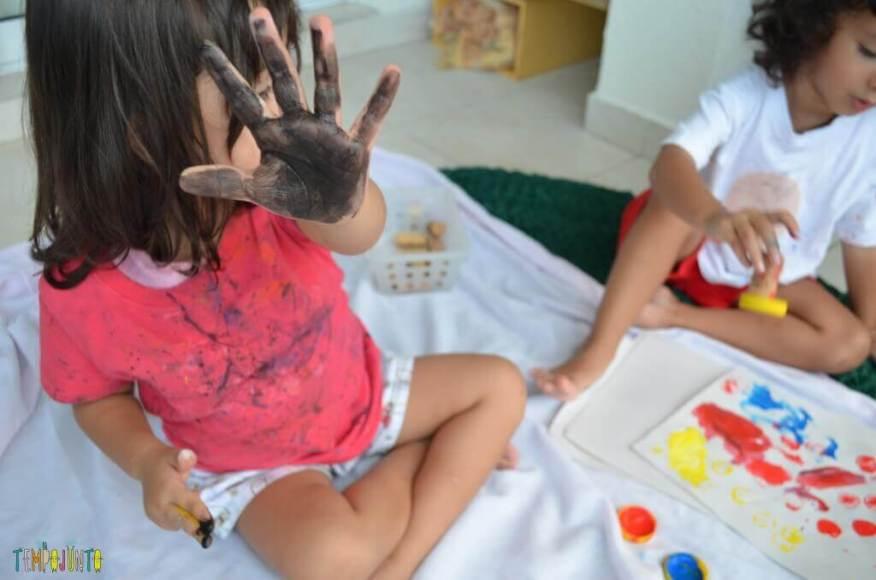 Cantinhos - Larissa com a mão pintada de arte
