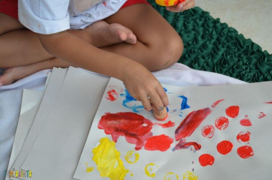 Cantinhos - Sofia pintando o papel